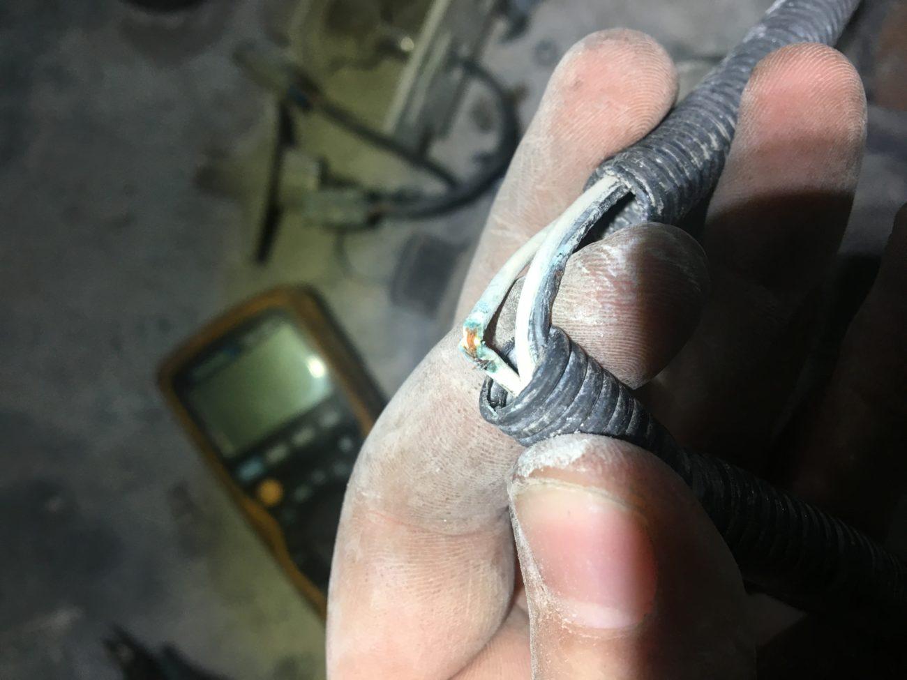 Kabelbruch an Schaufelkipprückstellung von Pneulader